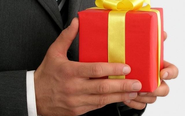 Как перевести на английский дарить подарки
